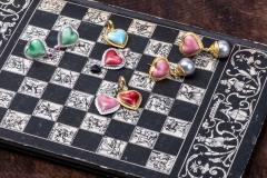 Material: Porzellan / Gold / Silber / Zuchtperlen / grüner Granat / Rubin / Diamant.