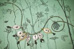 Material: Eisen / Silber / Gold / grüner Granat / Rubin / Zuchtperlen / Porzellanmalerei.