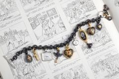 Material: Eisen / Stahl / Silber / Gold / Diamant / Rubin / Porzellan.